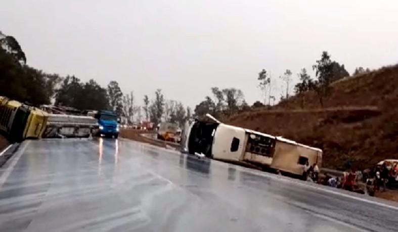 Segundo bombeiros, oito pessoas ficaram gravemente feridas. Ônibus havia saído da Bahia com destino a Aparecida (SP)