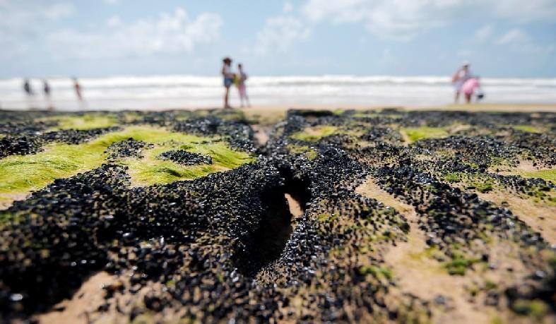 Manchas de óleo na praia Sítio do Conde, na Bahia