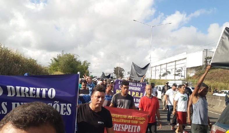 Caminhoneiros protestam contra ações da PRF na BA-526, em Simões Filho