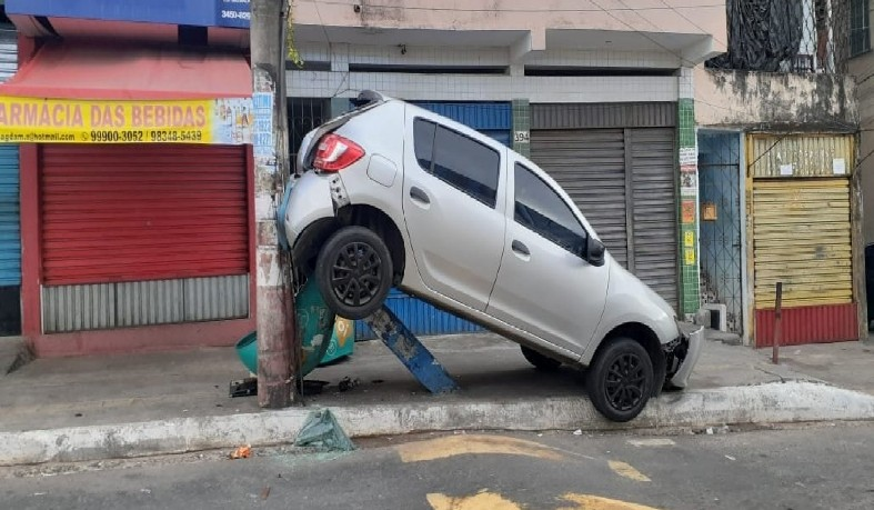 O carro também colidiu com um orelhão, que acabou esmagado e destruído embaixo do carro