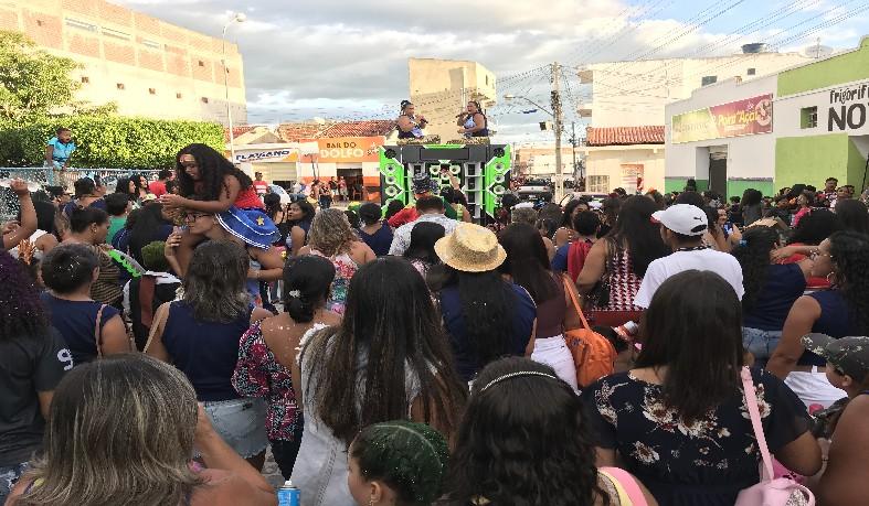 O evento contou com participação de membros da escola, alunos, familiares e a população que saiu às ruas para acompanhar o bloco sem cordas.