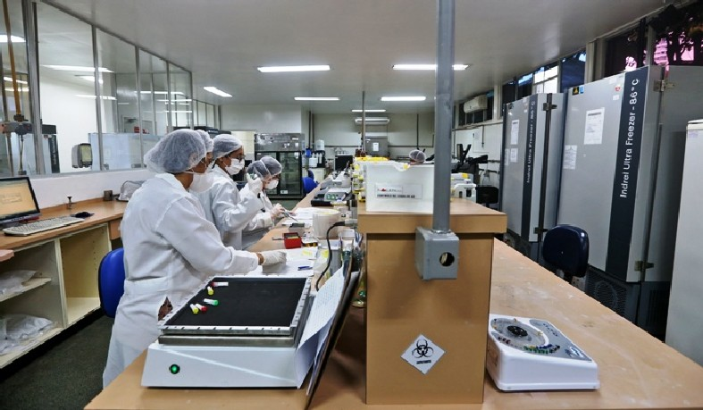 """O secretário Fábio Vilas-Boas afirmou que """"o investimento superior a R$ 2 milhões, em obras e equipamentos, tornou o Lacen o maior laboratório do País em capacidade de realização de exames da Covid-19"""