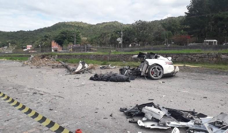 Carro ficou destruído após bater na lateral de outro veículo e, depois, em um poste em Biguaçu, na Grande Florianópolis