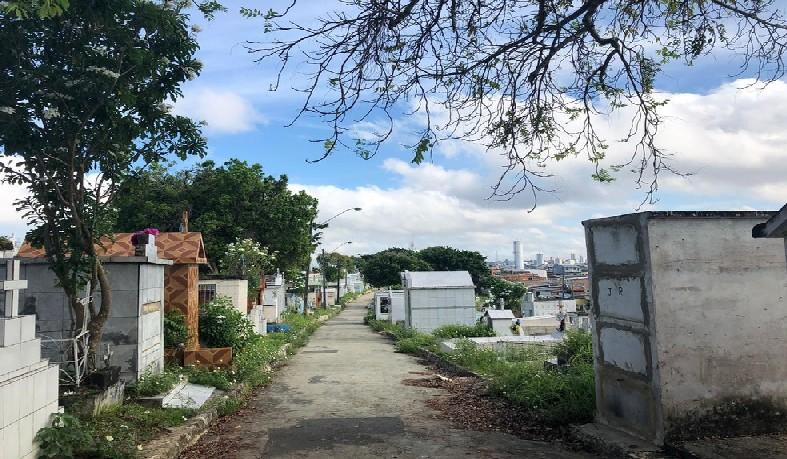 Corpo foi retirado de dentro do cemitério Morro da Liberdade, na Zona Sul de Manaus