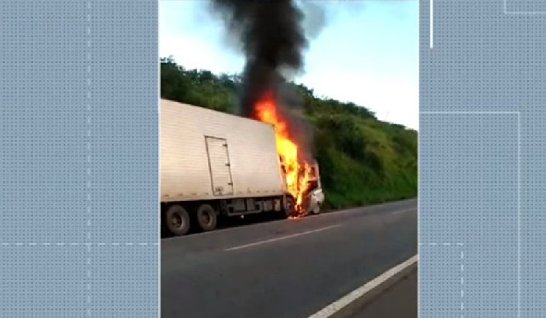Seis morreram após batida entre caminhão baú e carro de passeio na Bahia