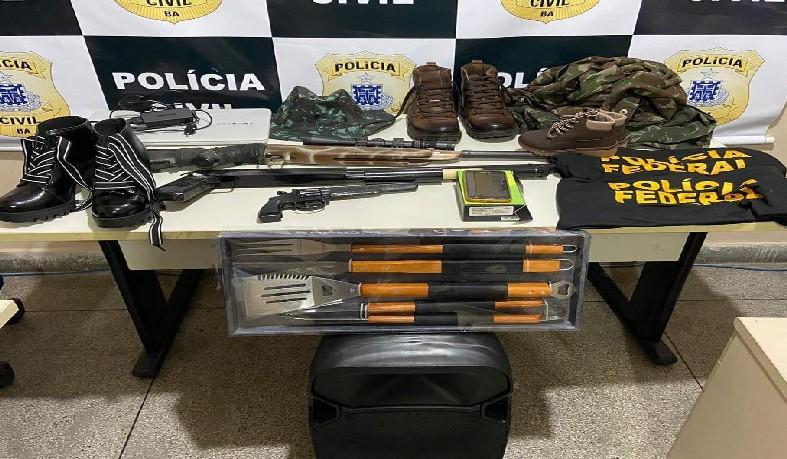 Policiais da 1ª DT/Paulo Afonso apreenderam uma arma de fogo, réplicas de pistola, espingarda e camisas da PF