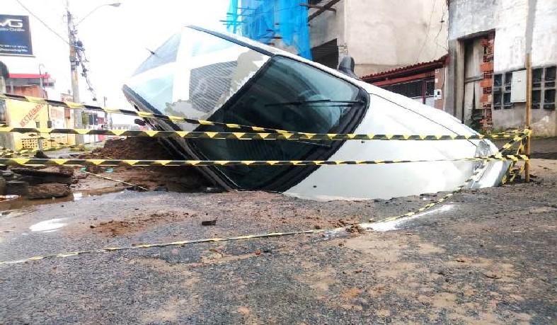 arro é parcialmente 'engolido' por buraco em rua de Feira de Santana, na Bahia