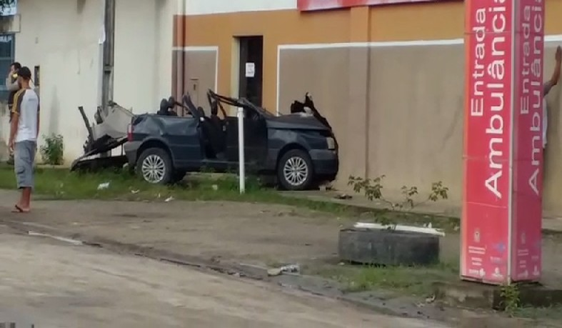 Motorista dirigindo embriagado bate veículo em sede do Samu em Mucuri, sul da Bahia