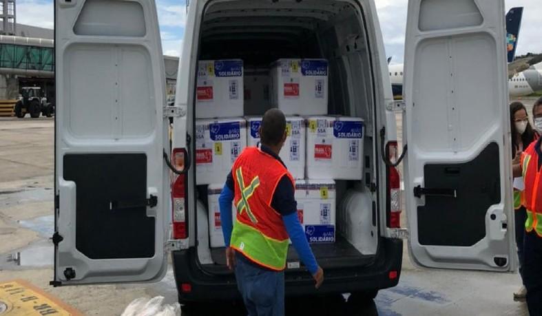 O avião desembarcou no aeroporto de Salvador, às 9h40, trazendo um carregamento de 244.200 doses