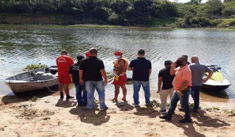 Bombeiros, policiais militares e policiais civis da Delegacia de Repressão a Furtos e Roubos (DRFR) foram até o local para resgatar o corpo com a equipe do DPT.