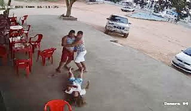 Mulher desmaia após ser agredida com soco no rosto