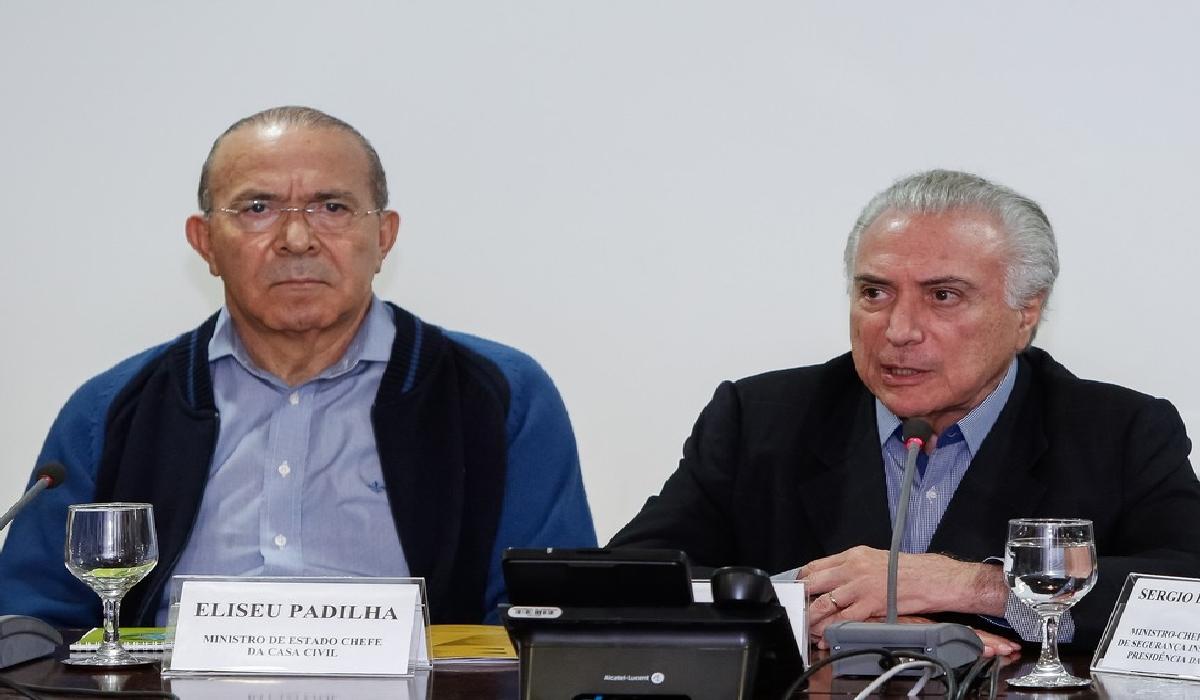 O presidente Michel Temer ao lado do ministro Eliseu Padilha, da Casa Civil, em reunião neste sábado (26) em Brasília.