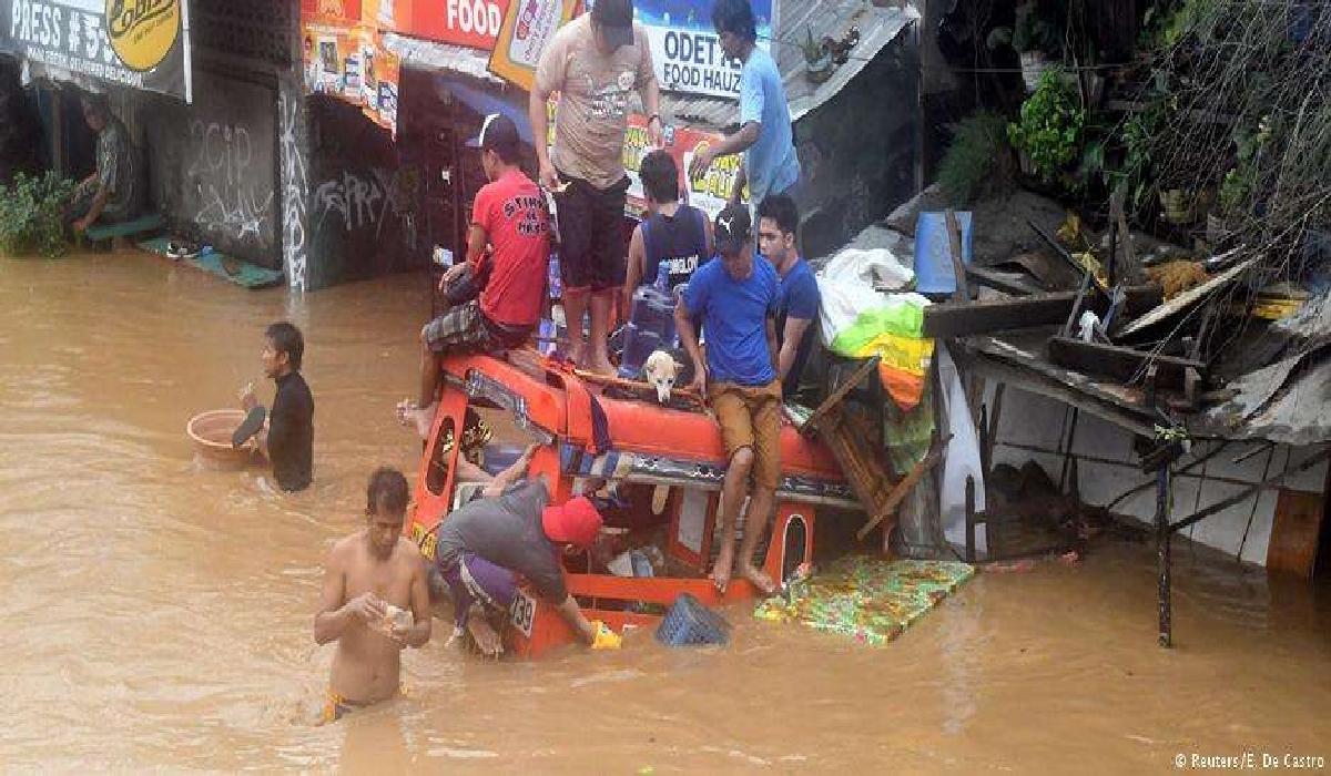 Moradores de Cagayan de Oro tiveram que se abrigar sobre telhados devido à inundação