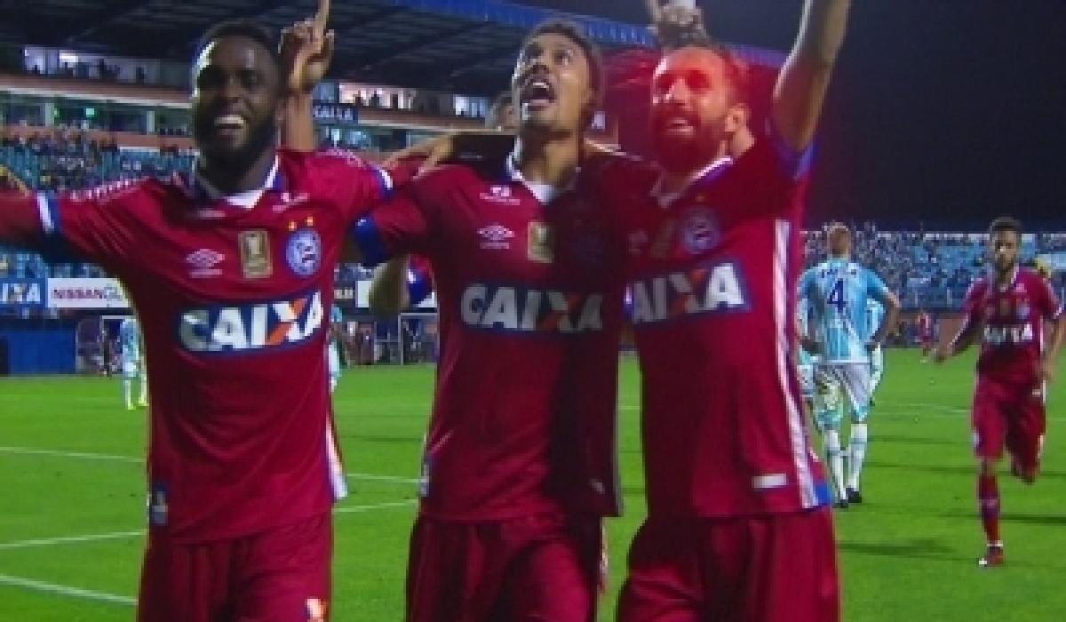 Em noite inspirada, Edigar Junio marcou os dois gols tricolores.