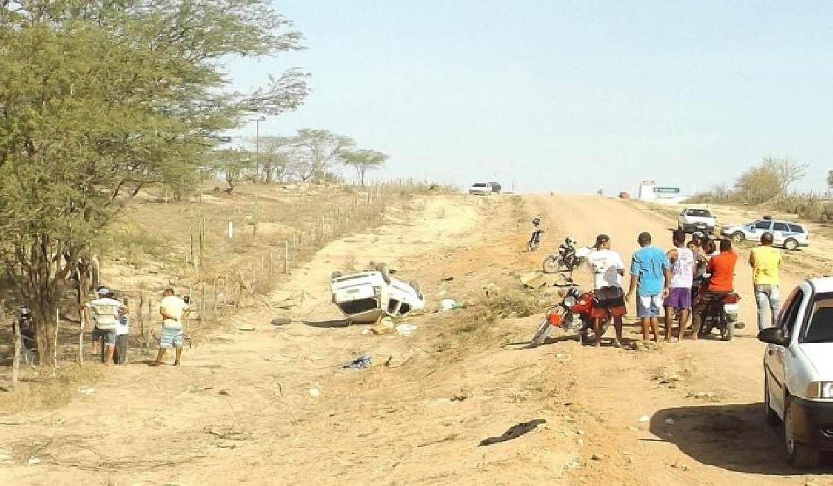Casal morre após carro capotar na BA-381, em Cansanção