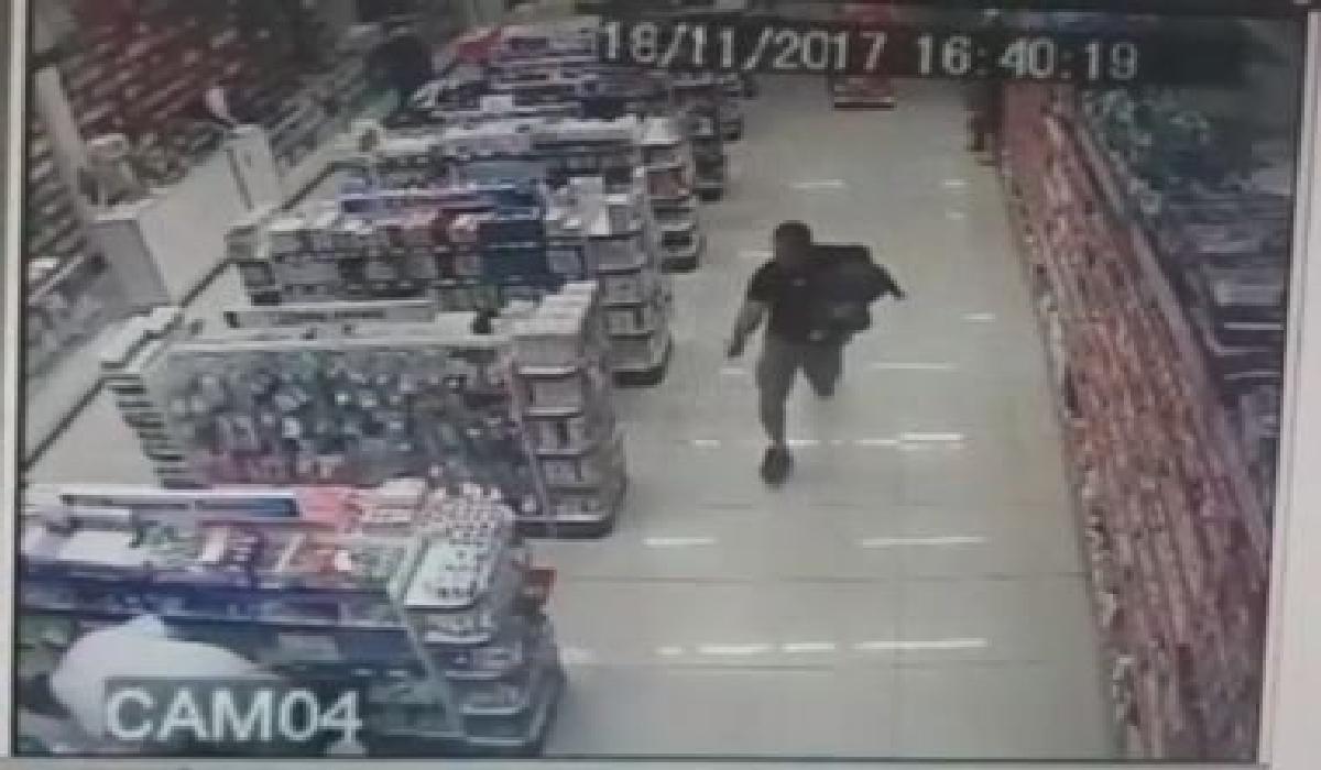 O policial militar estava na drogaria acompanhado da esposa e com o filho no colo
