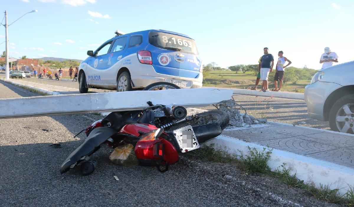 A moto saiu descontrolada pela avenida e só parou quando atingiu um poste.