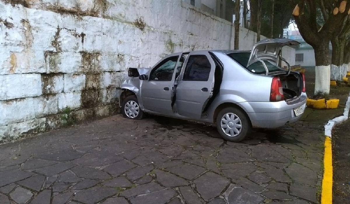Carro colidiu contra o muro do Cemitério Público Municipal de Caxias do Sul