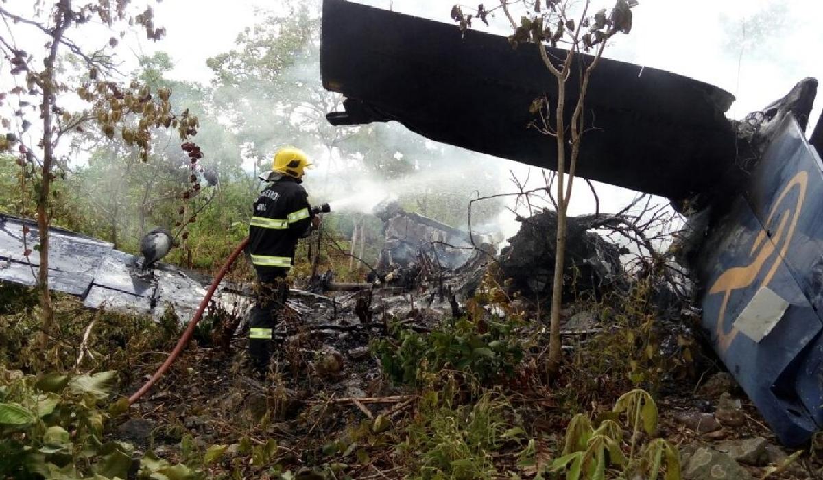 De acordo com os bombeiros, a aeronave caiu a cerca de 2 quilômetros do aeroporto.