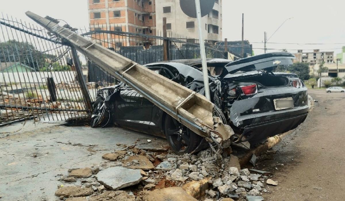 Camaro com placas de Catanduva (SP), ficou completamente destruído e foi retirado do local apenas na manhã desta terça-feira (26).