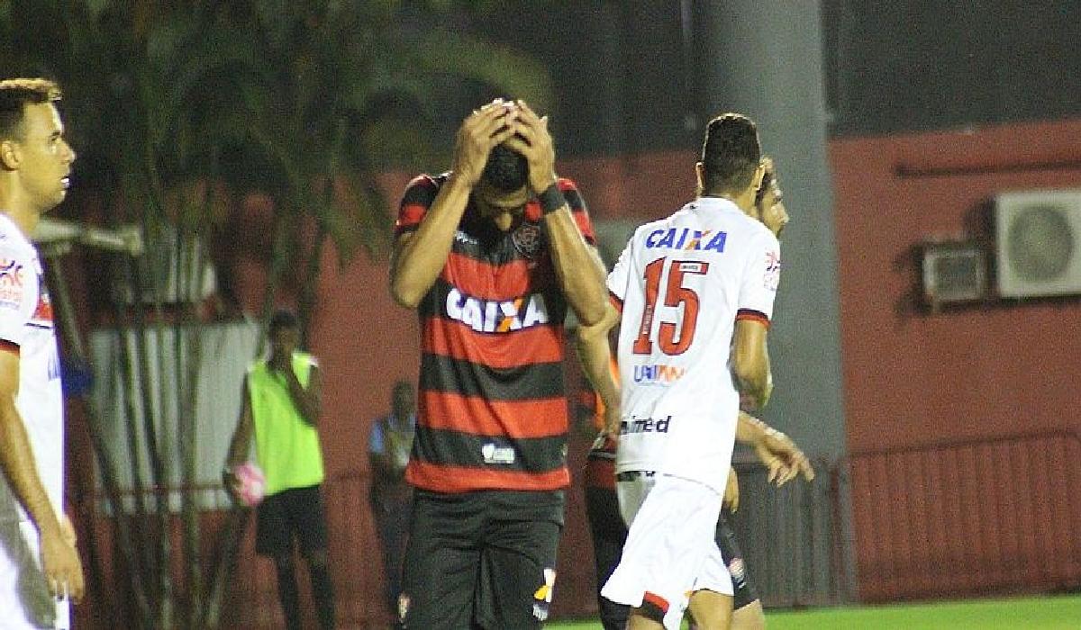Tréllez lamenta pênalti perdido no Barradão, quando jogo estava 1x1