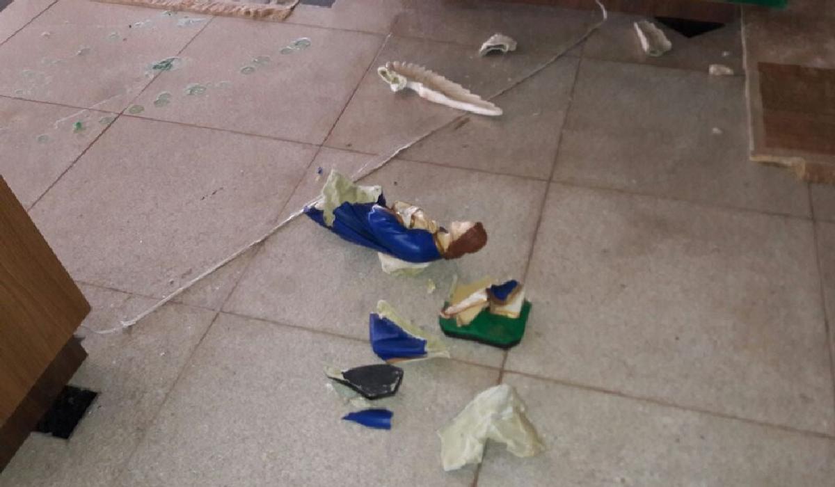 Imagens ficaram destruídas após ataque de homem, no extremo sul da Bahia