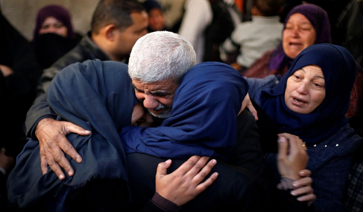 Parentes de palestino morto durante funeral na Faixa de Gaza neste sábado