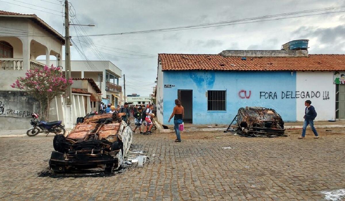 Carros foram destruídos na frente de delegacia no interior da Bahia