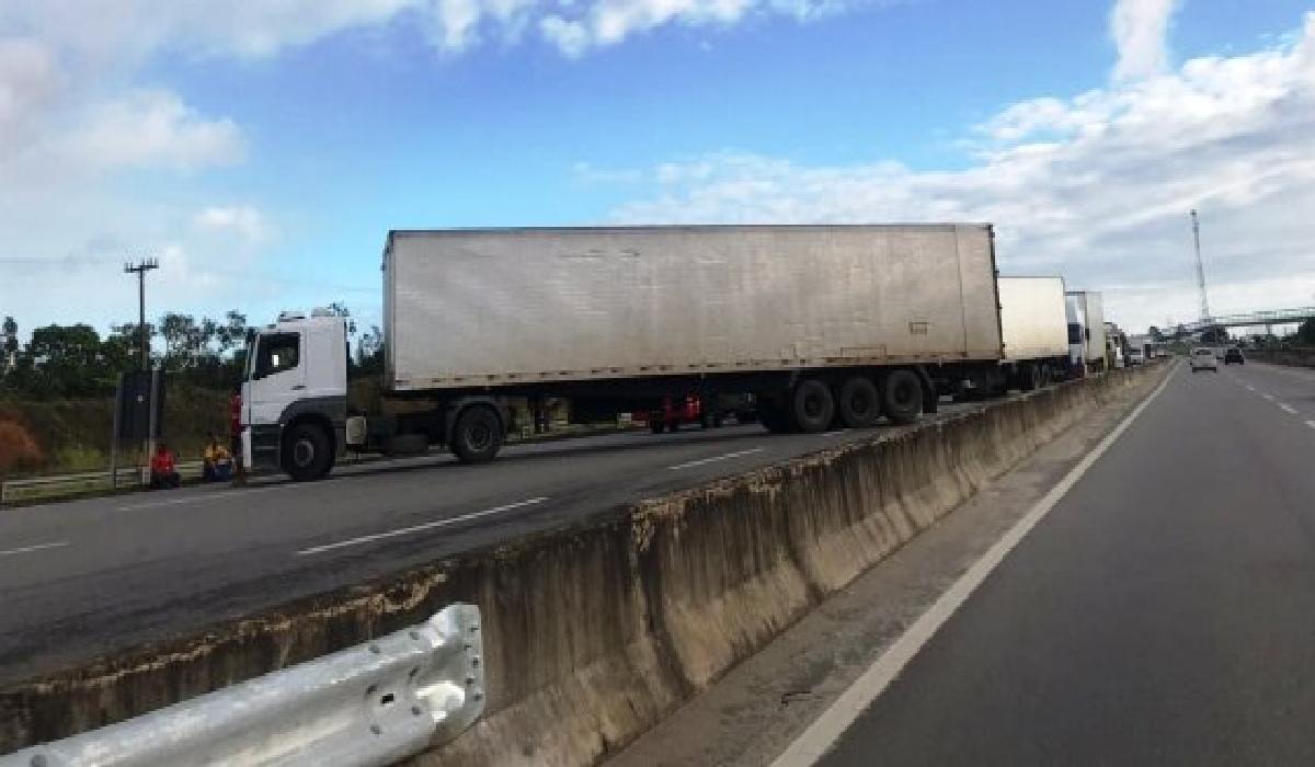 O caminhoneiro protestava contra a cobrança de pedágio pelo eixo suspenso dos caminhões vazios.