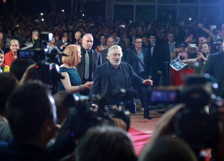 """US actor Robert De Niro, centre, arrives on the red carpet for the Sarajevo Film Festival in Sarajevo, Bosnia, Friday, Aug. 12, 2016. De Niro opened the 22nd Sarajevo Film Festival on Friday, presented Martin Scorsese's restored """"Taxi Driver"""" and received the festival's first lifetime achievement award """"The Heart of Sarajevo. (AP Photo)"""