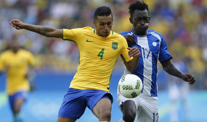 Brazil's Marquinhos, left, and Honduras' Alberth Elis vie for the ball during a semi-final match of the men's Olympic football tournament between Brazil and Honduras at the Maracana stadium in Rio de Janeiro, Brazil, Wednesday Aug. 17, 2016. Brazil won the match 6-0 and qualified to the final. (AP Photo/Silvia Izquierdo)