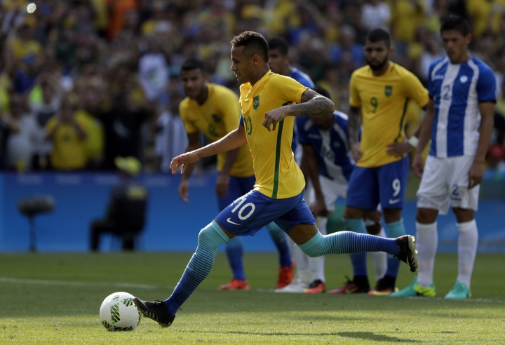 Brazil's Neymar kicks a penalty to score his team's fifth goal during a semifinal match of the men's Olympic football tournament between Brazil and Honduras at the Maracana stadium in Rio de Janeiro Wednesday Aug. 17, 2016.(AP Photo/Felipe Dana)