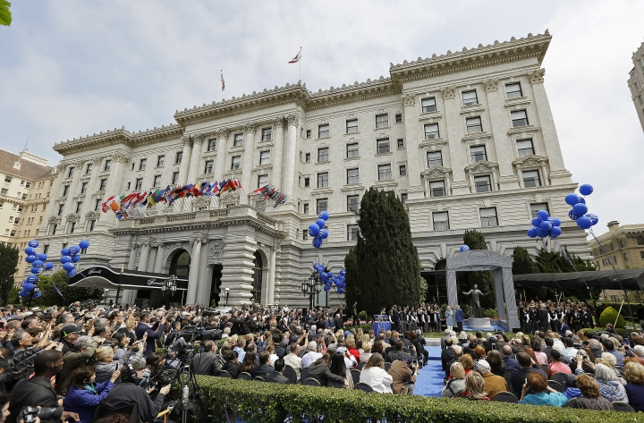 "A crowd gathers for the unveiling of an 8-foot-tall bronze statue statue honoring music icon Tony Bennett outside the Fairmont Hotel Friday, Aug. 19, 2016, in San Francisco. Bennett arrived to a standing ovation and a jazz combo wishing him a very ""Happy Birthday."" Bennett turned 90 on Aug. 3. (AP Photo/Eric Risberg)"
