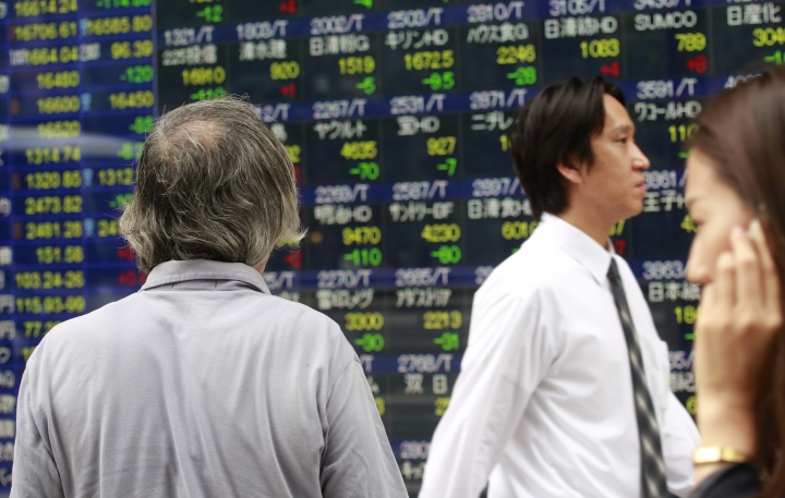 A man looks at an electronic stock indicator of a securities firm in Tokyo, Wednesday, Sept. 14, 2016. Asian shares mostly sagged Wednesday, although oil prices regained overnight drops, amid the possibility of a weaker global economy and guess work about the U.S. Federal Reserve's plans for interest rates. Japan's benchmark Nikkei 225 lost 0.7 percent to close at 16,614.24. (AP Photo/Shizuo Kambayashi)