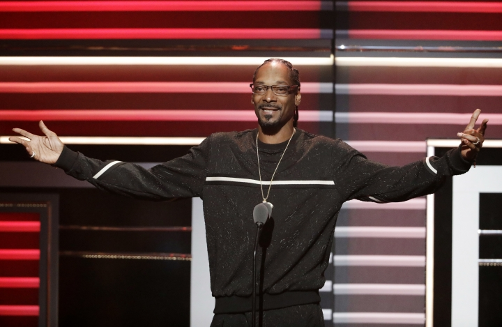 "Snoop Dogg speaks while being honored with the ""I Am Hip Hop"" award at the BET Hip-Hop Awards in Atlanta, Saturday, Sept. 17, 2016. (AP Photo/David Goldman)"