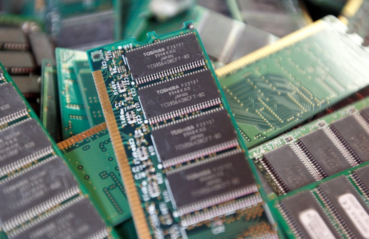FILE PHOTO -  Toshiba's used-memory chips are seen at an electronics shop in Tokyo November 9, 2010.  REUTERS/Kim Kyung-Hoon/File Photo