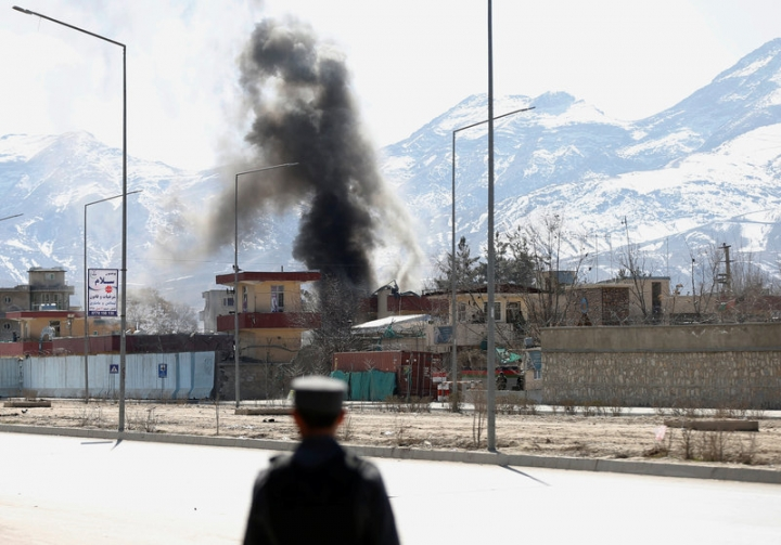 Smoke rises from the site of a blast and gunfire between Taliban and Afghan forces in PD 6 in Kabul, Afghanistan March 1, 2017.REUTERS/Mohammad Ismail