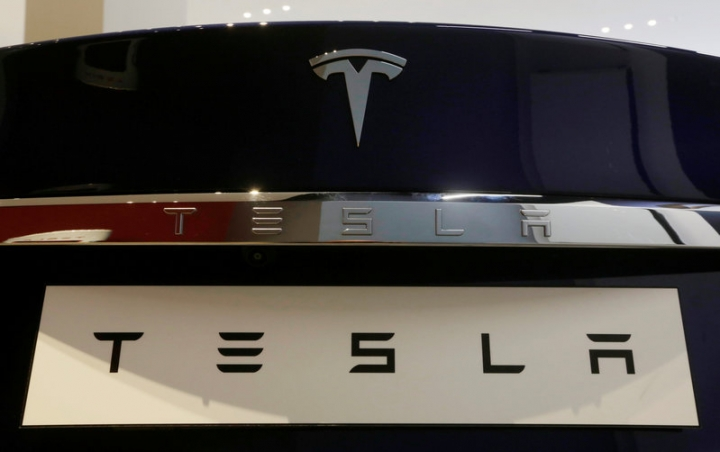 A Tesla Model S vehicle is displayed at the Tesla store in Sydney, Australia, March 13, 2017.   REUTERS/Jason Reed