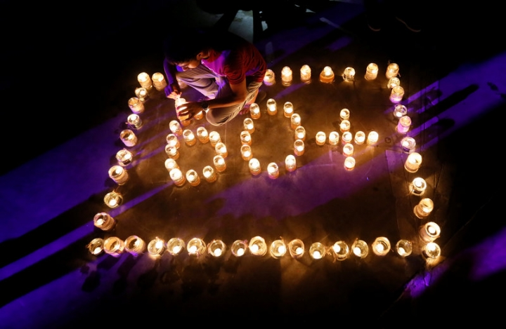 A man lights lamps to form the number 60, representing the 60 minutes of Earth Hour, during Earth Hour in Colombo, Sri Lanka March 25, 2017. REUTERS/Dinuka Liyanawatte