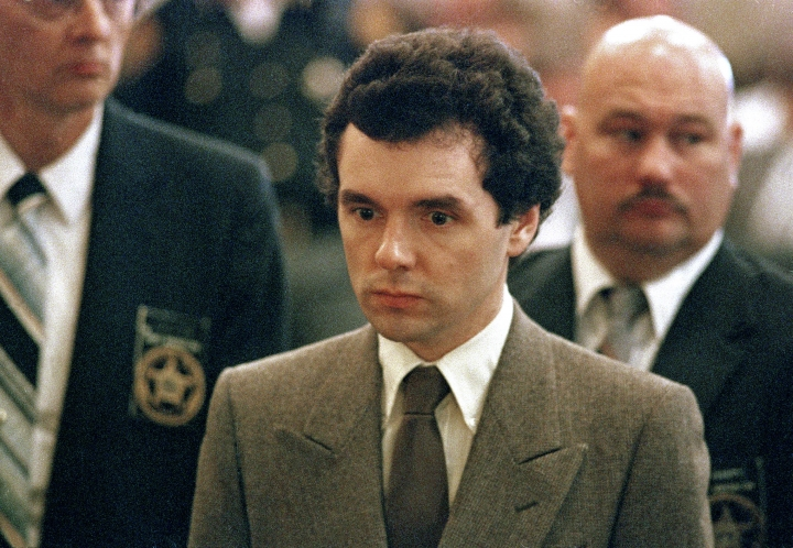 FILE – In this Sept. 1987 file photo, serial killer Donald Harvey stands before a judge during sentencing in Cincinnati. Harvey, who was serving multiple life sentences, was found beaten in his cell Tuesday afternoon at the state's prison in Toledo, state officials said. He died Thursday morning, said JoEllen Smith, spokeswoman for Ohio's prison system. He was 64. (AP Photo/Al Berhman, File)
