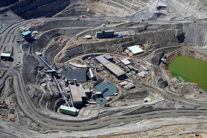FILE PHOTO:  An aerial view of Anglo American's Los Bronces copper mine at Los Andes Mountain range, near Santiago city, Chile, November 17, 2014.      REUTERS/Ivan Alvarado/File Photo