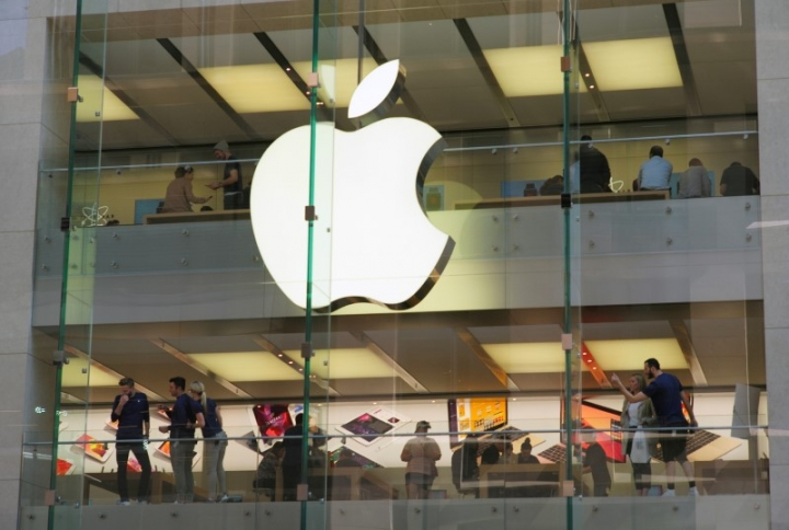 FILE PHOTO: Customers and employees are shown through Apple's Australian flagship store in Sydney, September 7, 2016.     REUTERS/Jason Reed