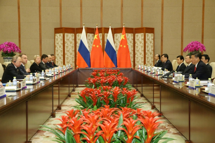 Chinese President Xi Jinping (R) speaks with Russian President Vladimir Putin (L) during a bilateral meeting at Diaoyutai State Guesthouse in Beijing, China, 14 May 2017. REUTERS/Wu Hong/Pool