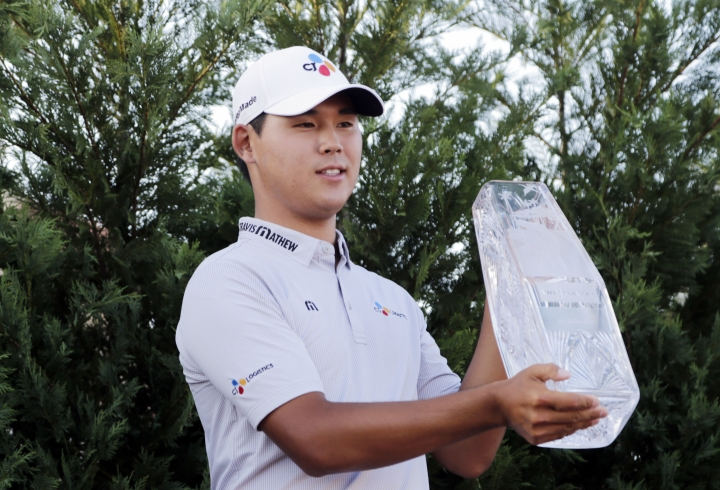 Si Woo Kim of South Korea, holds The Players Championship Trophy, Sunday, May 14, 2017, in Ponte Vedra Beach, Fla. (AP Photo/Lynne Sladky)