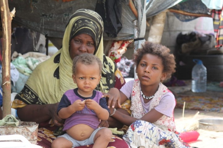 A woman and her children, displaced by the war in northwestern Yemen, are pictured next to their makeshift hut on the pavement of a street in the Red Sea port city of Hodeidah, Yemen May 15, 2017.    REUTERS/Abduljabbar Zeyad