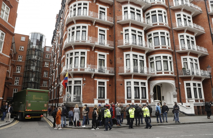 People gather outside of the Ecuadorian embassy in London, Friday May 19, 2017. Sweden's top prosecutor says she is dropping an investigation into a rape claim against WikiLeaks founder Julian Assange after almost seven years. Assange took refuge in Ecuador's embassy in London in 2012 to escape extradition to Sweden to answer questions about sex-crime allegations from two women. (AP Photo/Matt Dunham)