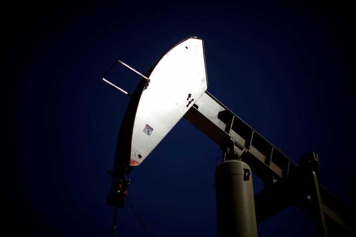 FILE PHOTO: A pumpjack brings oil to the surface in the Monterey Shale, California, April 29, 2013.   REUTERS/Lucy Nicholson/File Photo