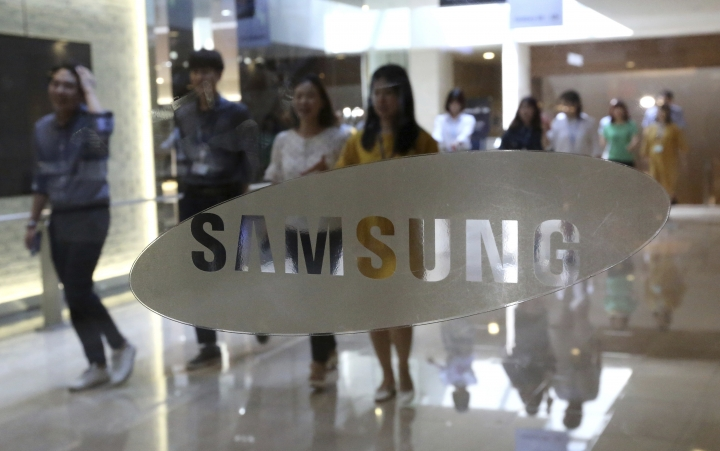 In this Wednesday, July 26, 2017 photo, the corporate logo of Samsung Electronics Co. is seen at its shop in Seoul, South Korea. Samsung Electronics on Thursday, July 27, said its second-quarter profit surged 85 percent to record high thanks to memory chips. (AP Photo/Ahn Young-joon)