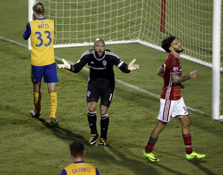 Colorado Rapids goalkeeper Tim Howard, center, reacts to play after an attack by FC Dallas as teammates Jared Watts (33) and Mike da Fonte and FC Dallas forward Maximiliano Urruti, right, walk nearby during the second half of an MLS soccer match, Saturday, Aug. 12, 2017, in Frisco, Texas. (AP Photo/Tony Gutierrez)