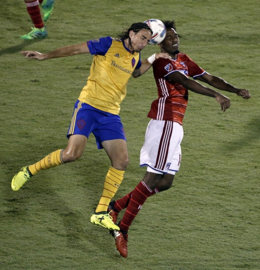 Colorado Rapids forward Alan Gordon, left, and FC Dallas defender Atiba Harris compete for a head ball during the second half of an MLS soccer match, Saturday, Aug. 12, 2017, in Frisco, Texas. (AP Photo/Tony Gutierrez)